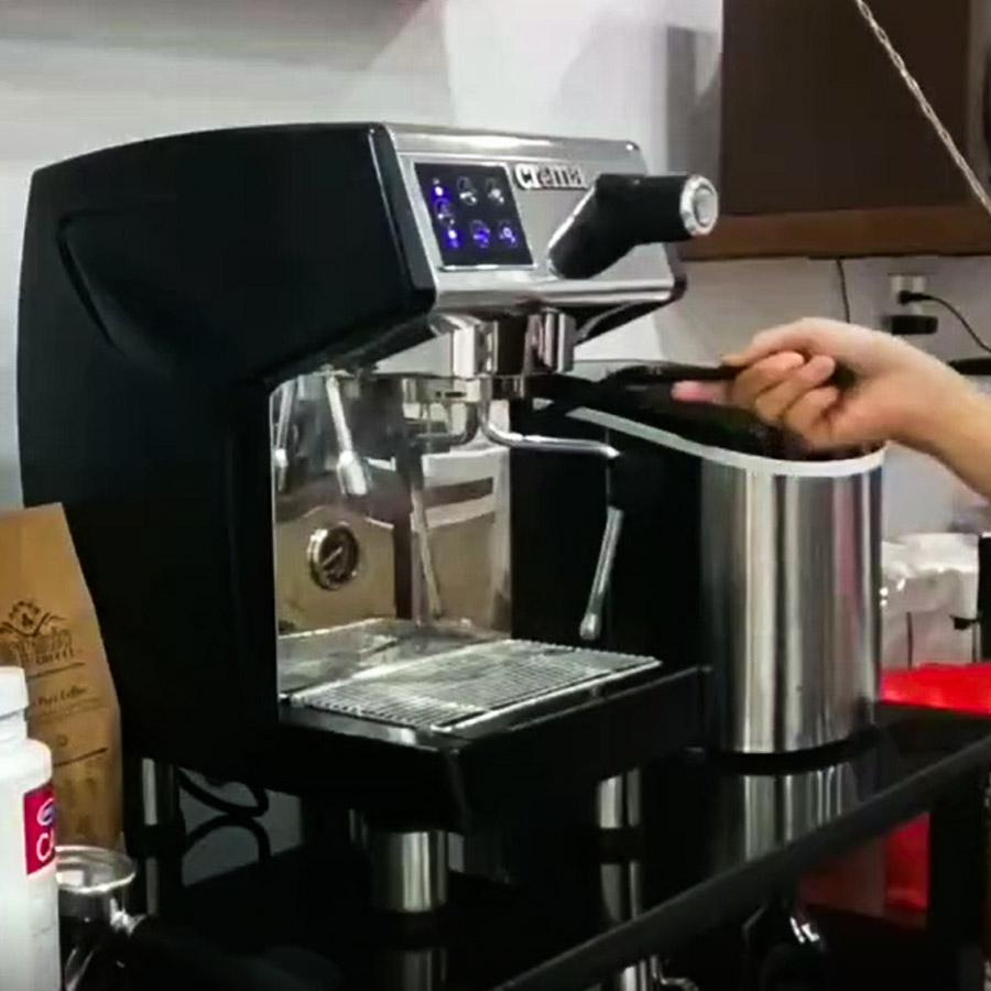 Bước 1: bật chế độ làm café và dùng cọ cứng, chà sạch cặn café còn bám quanh group head. Chà đều và kỹ cho đến khi cảm thấy sạch là được.