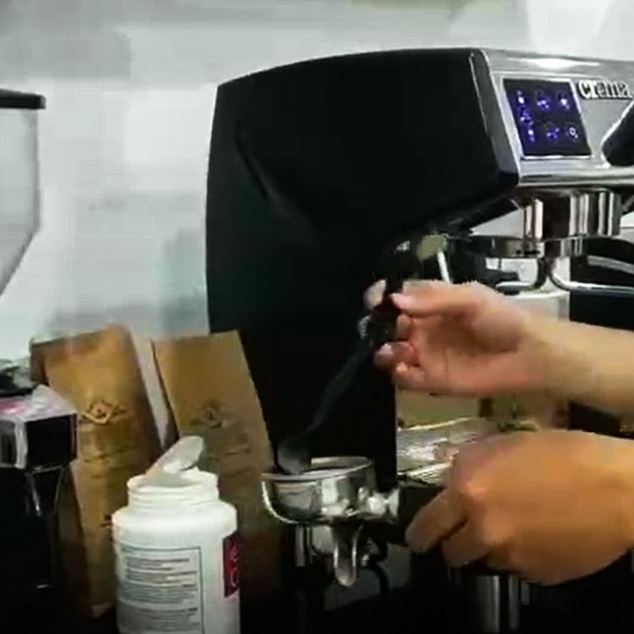 Bước 3: Bỏ 3gram bột vệ sinh máy pha café vào trong tay cầm máy pha café.
