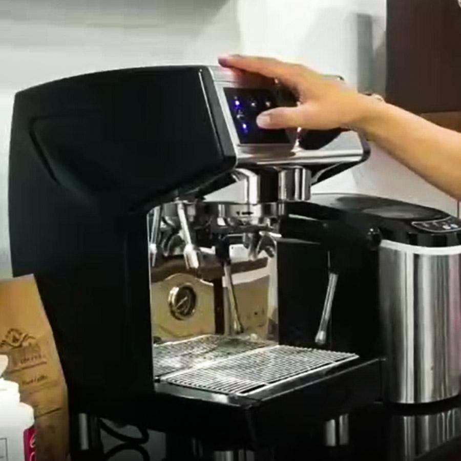 Bước 4: Bấm nút làm café đợi 3s rồi bấm dừng, lặp lại từ 3 đến 5 lần.